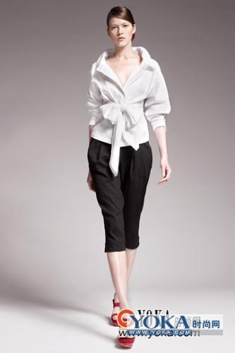 白衣黑裤红鞋大蝴蝶结上衣 ivy yoeng的时尚图片 YOKA时尚空间