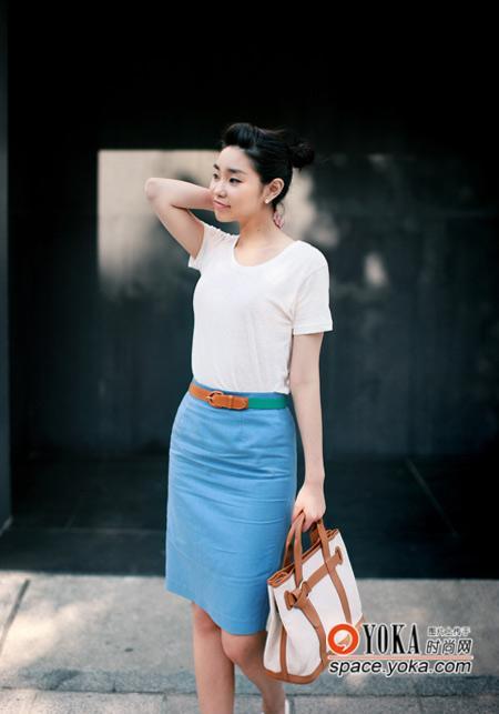 白色t恤搭配湖蓝色铅笔裙