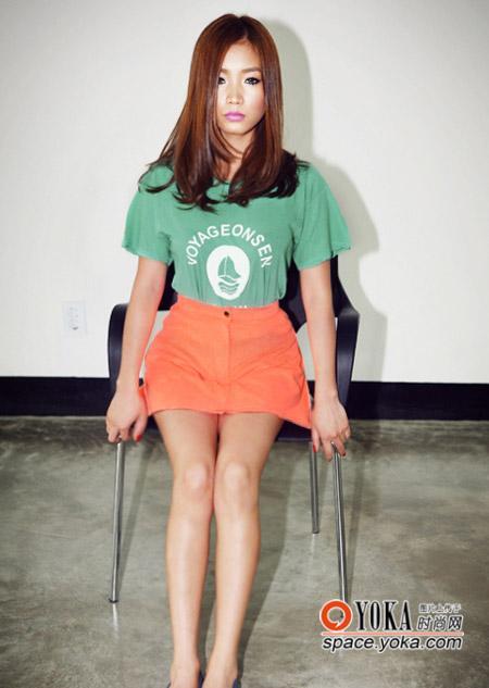 绿色宽t搭配橙色高腰a字短裙