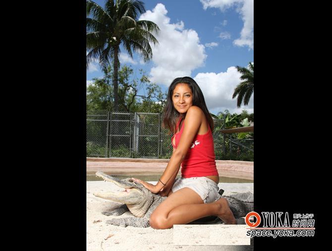 美国佛州24岁女孩和鳄鱼共舞 花影流金品牌