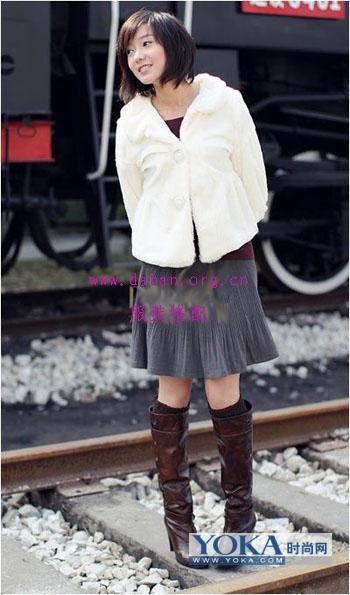 搭配点评:白色娃娃款毛绒外套