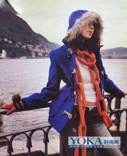 蓝色的呢子大衣搭配杏色围巾