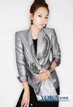 冬季衣服搭配点评:灰色棉质翻领小西装