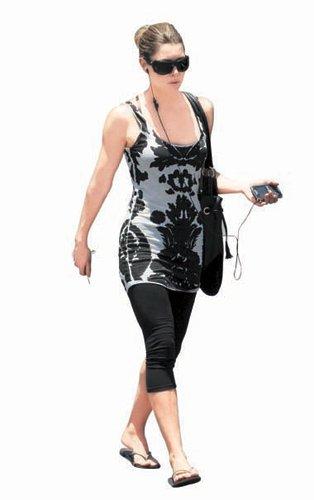 2010夏装搭配图片-女星的经典黑白夏装搭配